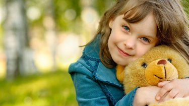 194472__mood-baby-girl-little-teddy-bear-an-irreplaceable-friend-smile-happy-woman-hair-nature_p
